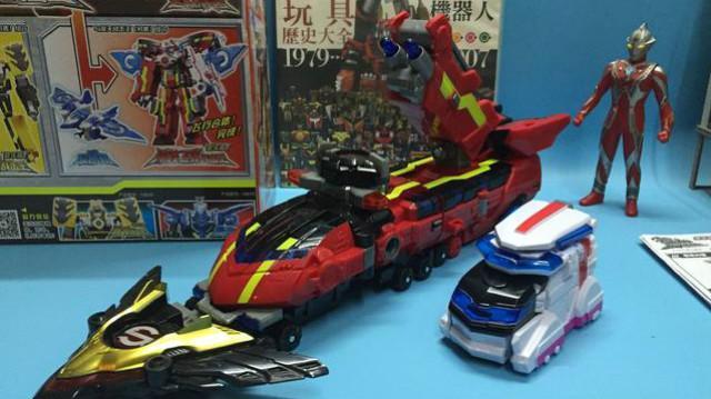 巨神战击队:超救分队组合冲锋战击王,爆裂出击,两个机器人战斗