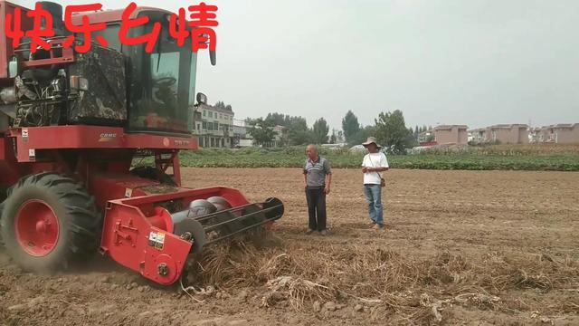 河南南阳:花生开始采摘了,这样的收割机120一亩,价钱合理吗?