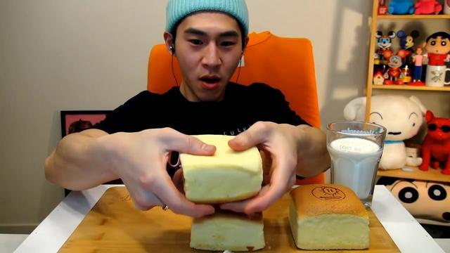 韩国大胃王吃播奔驰小哥BANZZ挑战吃绵软香甜的芝士蛋糕,喝牛奶