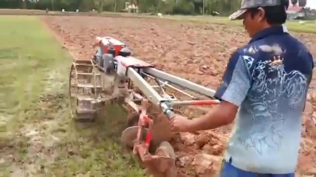 甘肃农村手扶拖拉机耕地,这场面惊险刺激,一般人扶不住啊