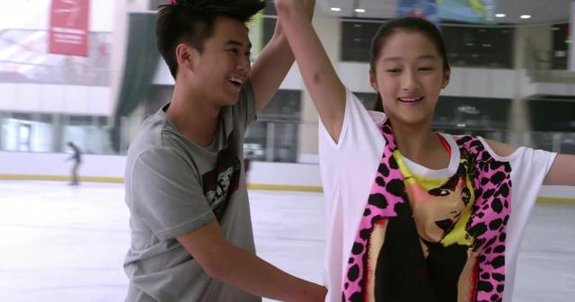 一仆二主:关晓彤和男子亲密滑冰,鹿晗看了会吃醋吗?