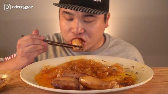 韩国小哥吃猪大肠和粉条,一口下去,会不会有猪屎味?