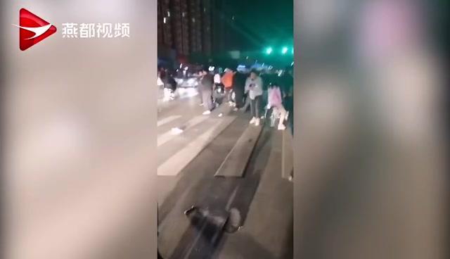 河北定兴县街头飞驰车辆撞向路人致1死1伤