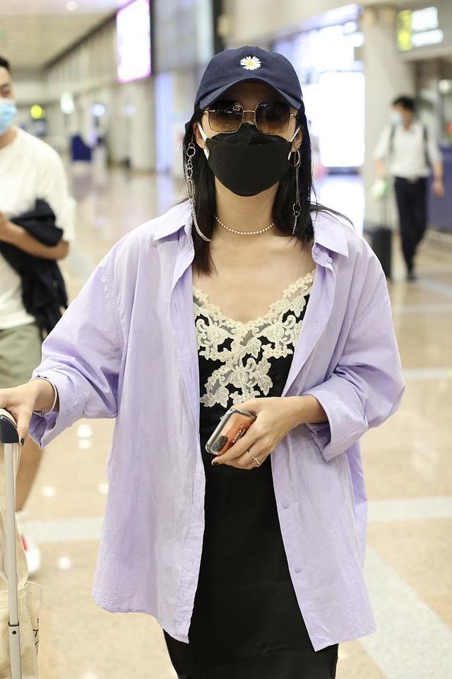 """姚晨真放得开,连""""睡裙""""都不换就来走机场,外搭衬衫意外的好看"""
