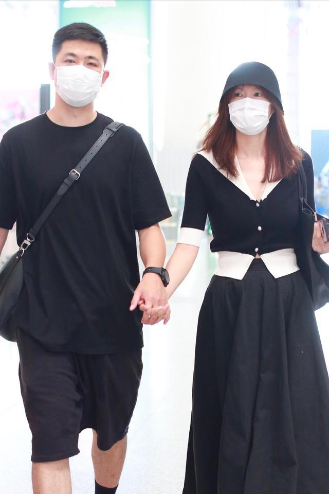 名模兼主持人李艾走机场,一身公主装好优雅,188老公帅气又阳光