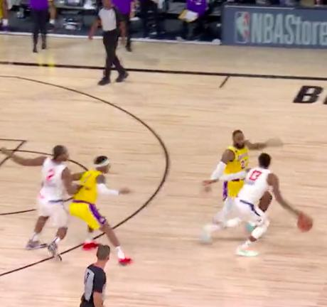 【影片】PG投訴詹姆斯最後1.6秒犯規,對裁判都直接上手了,而裁判的回應讓他瞬間變臉!-籃球圈