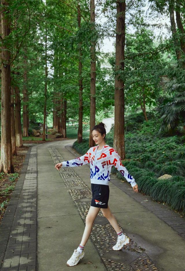 """35岁王丽坤晒美照,扎丸子头""""素颜肌""""减龄,林间起舞长腿更迷人"""