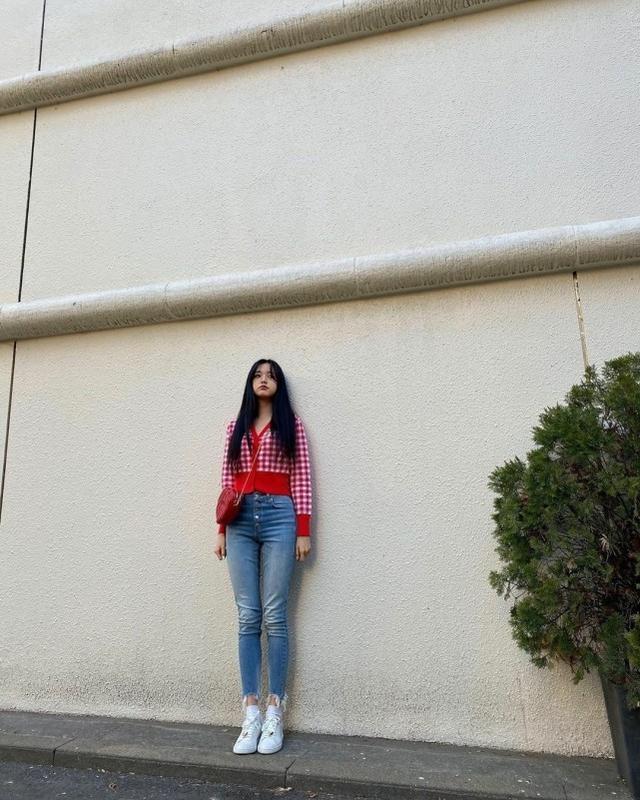 张元英17岁就拥有偶像都羡慕的长腿,网友:修图都不敢修成这样