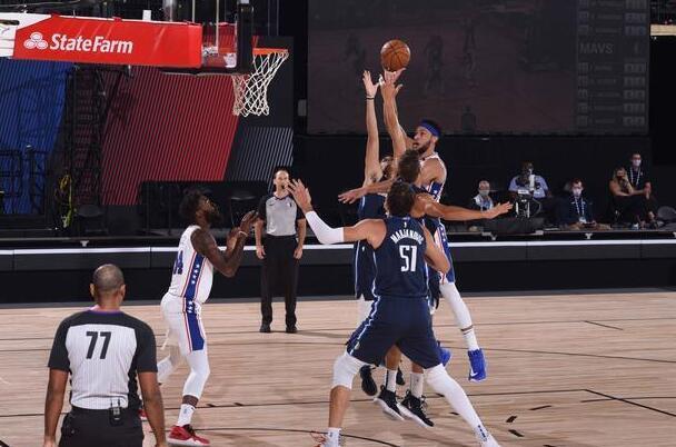 僅得4分2助,Simmons慘淡表現遭到東契奇吊打,76人變陣或是自廢武功!(影)-籃球圈