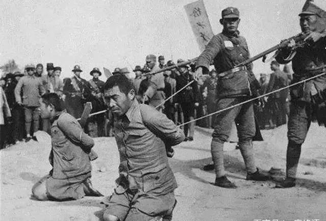 罕见老照片:图1两位汉奸被当街处决,图4花季少女眼神坚定