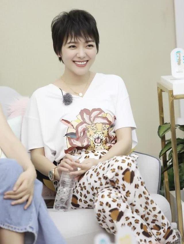 汪涵41岁妻子杨乐乐近照,流产后高龄产子退圈,结婚13年恩爱如初
