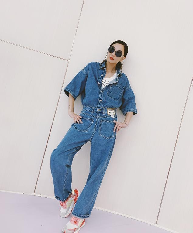 郑希怡、沈梦辰撞衫同款牛仔连体裤,一个买家秀一个卖家秀