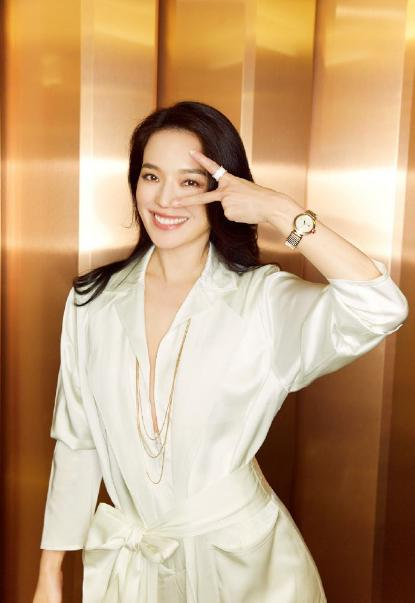 舒淇,美艳与纯粹,穿搭时尚佩戴腕表突显迷人气质