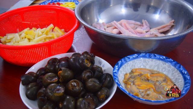教你做酸辣开胃的酸笋田螺煲,这种做法酸辣下饭,一大锅不够吃