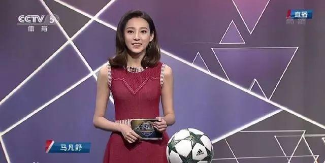 天下足球首位女主持人,穿泳装意外走光,因不懂球被球迷嘲讽