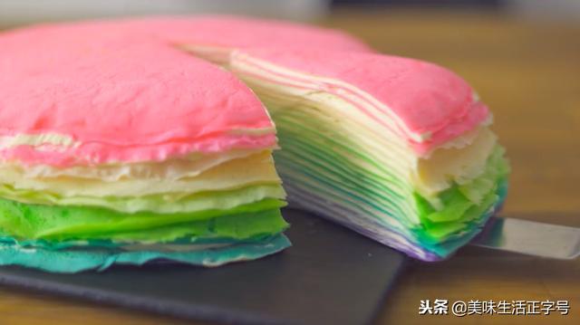"""顏值、口感都高的""""彩虹千層蛋糕"""",重點是做法超簡單!"""
