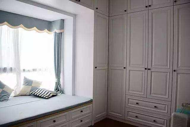 卧室有飘窗真不错,很多家庭这样设计,实用性强屋内更美观