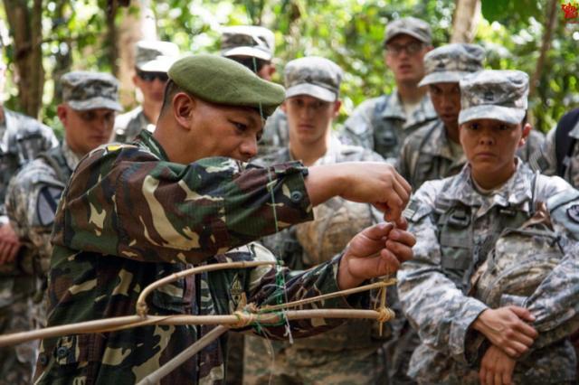 特种兵丛林作战不仅会依靠现代武器,更是这些陷阱的行家