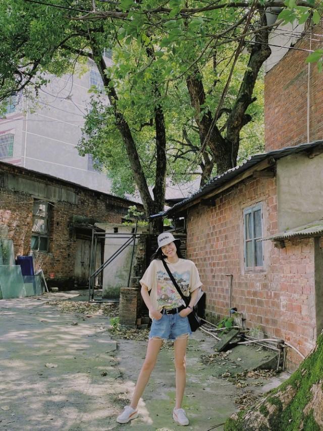 大表姐刘雯也太瘦了吧,穿短裤露出的两条腿比旁边大树的枝丫还细