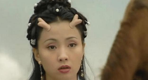 同樣都是演小龍女,有人頭上帶的犄角,有人僅戴個大頭盔?