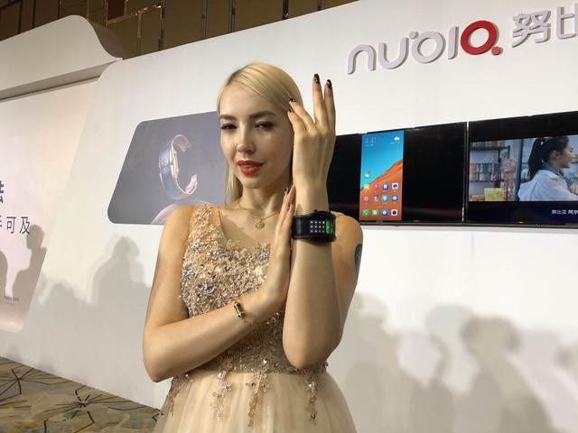 努比亚α快速上手:智能手机戴在手腕上,真实用吗?