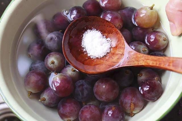 洗葡萄时,用盐水洗等于吃虫卵,教你正确洗法,吃葡萄不用去皮