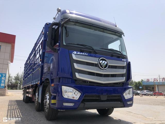 它来了它来了,欧曼EST绿通版载货车向着我们驶来了,专业性更强