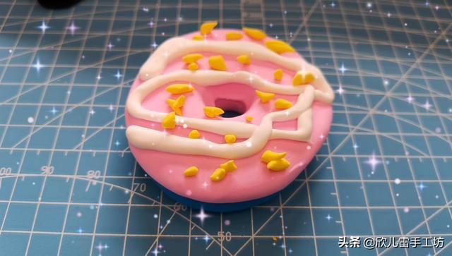 这些甜甜圈看起来很美味,小萝莉却把它捏来捏去原来是彩泥做的