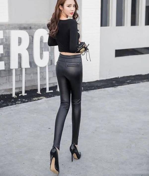 街拍美女:穿时髦穿紧身皮裤的小姐姐,造型时尚,颜... _东方头条