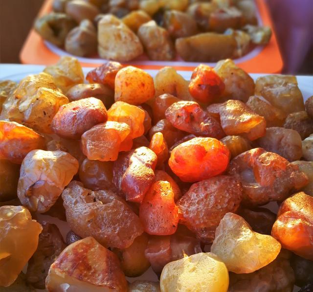 东北嫩江流域出产的玛瑙石像蜜糖,很多人靠捡玛瑙石过上幸福生活