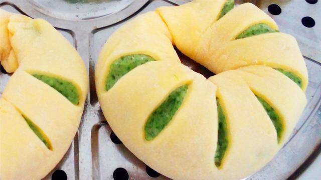 面食馒头新做法,1把菠菜1碗面粉筷子一压,松软筋道不变形