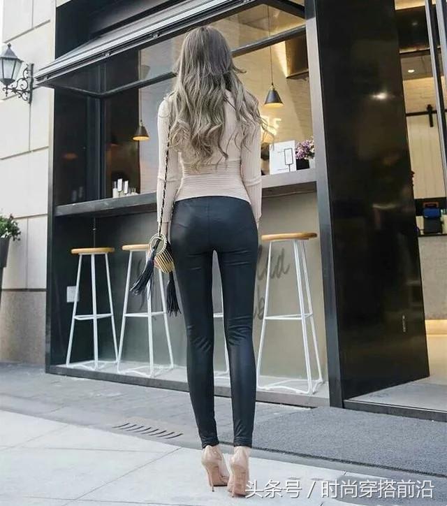 气质美女穿紧身皮裤,迈着猫步走在大街上,让人目不暇接!