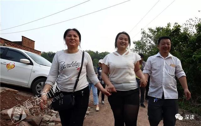 四川省成都市锦江区街拍:九眼桥头,拍照的市民