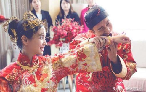 黄晓明和angelababy,这样玩转呆板的结婚证照