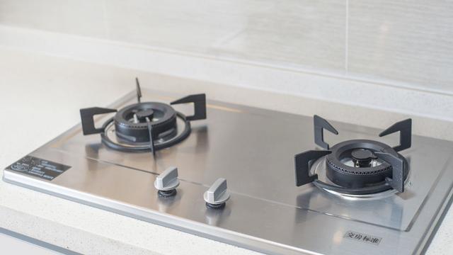 视频:灶台顽固油污难清洗,撒上这两样,灶台瞬间就能清洁干净