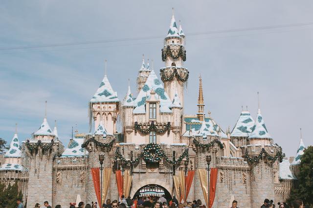 美国洛杉矶迪士尼夜晚灯光花车巡游,和你去的迪士尼有什么不同?