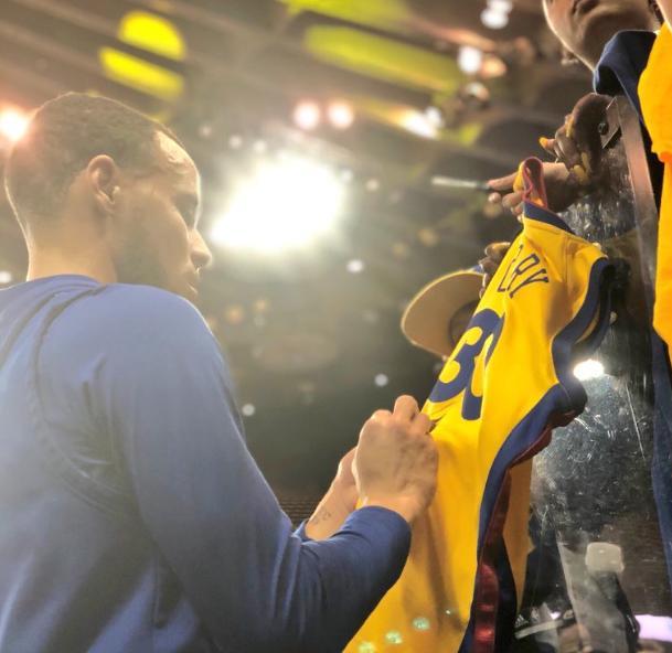 暖男!NBA官方发布库里赛前为球迷签名的照片