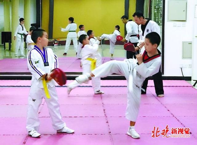 组图:7岁小美女成空手道高手 赤脚可踢碎木板_中国网教育|中国网