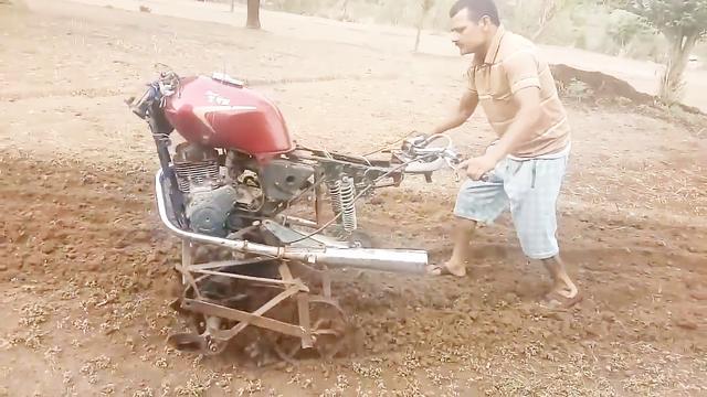 """农村小哥造""""摩托车""""耕地机,一天能耕8亩地,300元能造一台"""