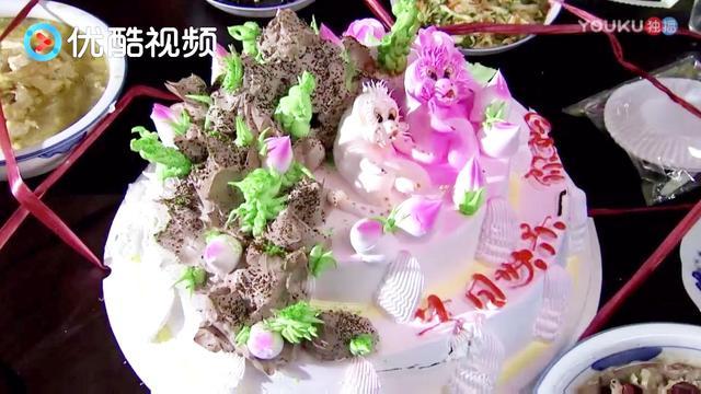 """老爺子過生日,""""你媽""""兩字卻赫然出現在蛋糕上,眾人也被嚇到"""