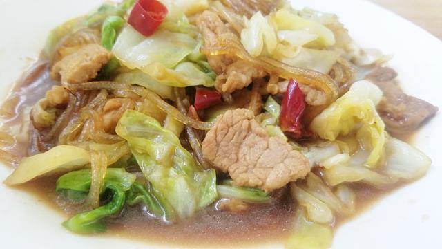 圆白菜炒粉丝这么做,粉丝不成坨不粘锅,清爽滑嫩,超级下饭