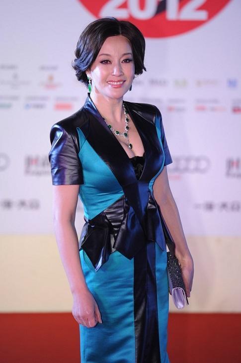 刘晓庆62岁玩高空跳伞,综艺节目为了收视率也是太拼了