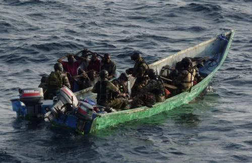 我国海军遇上海盗时,为何只是驱逐他们而不击毙呢?答案在这里