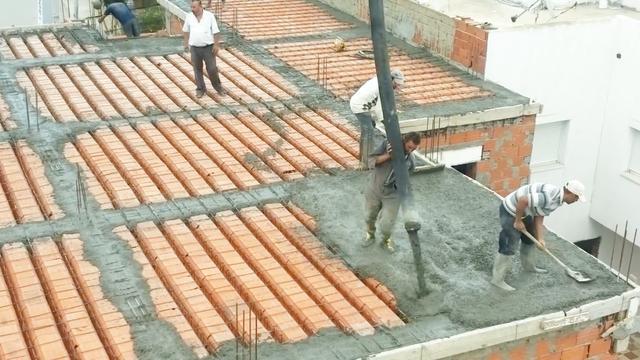 实拍:农村屋顶混凝土人力浇灌,这设计还真不多见,长见识了