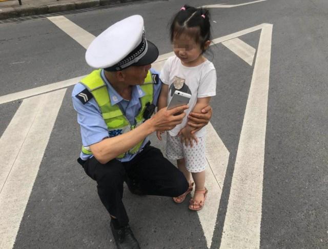 女子带娃坐公交不刷卡投币 大爷好言相劝反被倒地碰瓷_腾讯体育