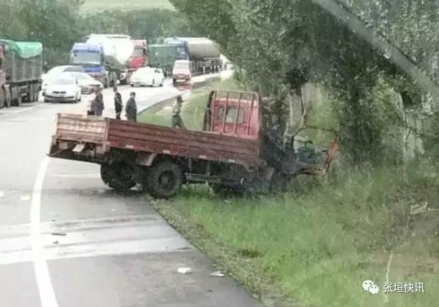 张家口张北深夜发生车祸,两年轻后生被撞,肇事车逃逸!