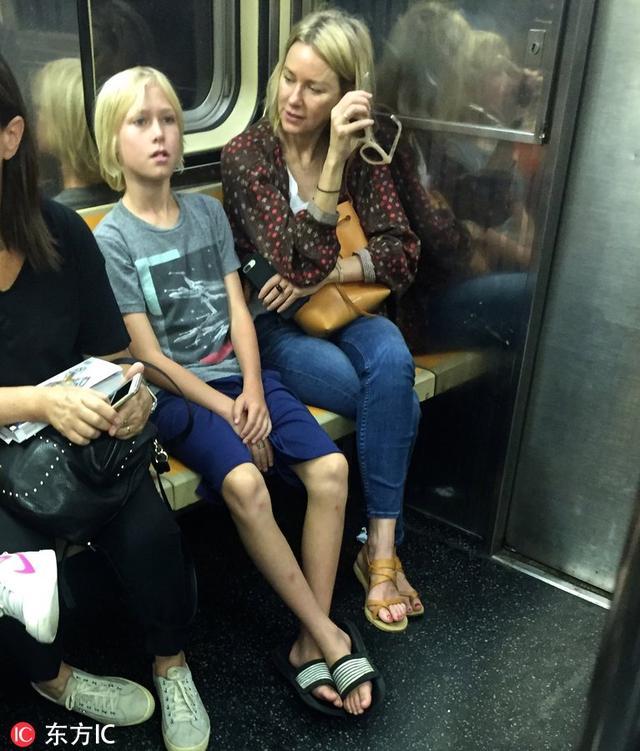 金刚女主娜奥米·沃茨在车厢内唠叨不停 儿子:我很绝望!