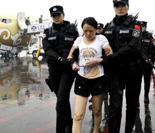 """中国3大黑帮女老大,一个糟蹋300姑娘,一个每晚换""""小鲜肉""""伺候"""