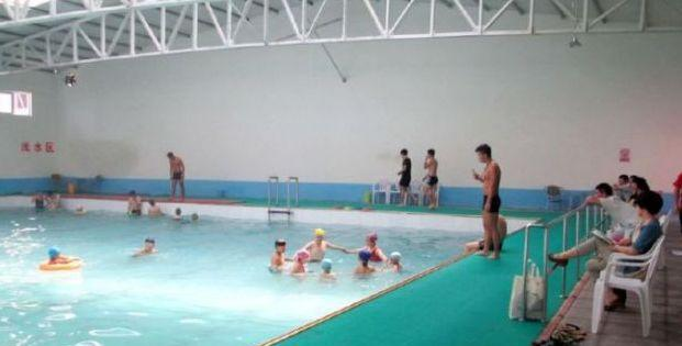 奇闻!13岁女孩在游泳池游泳后竟怀孕了_东方头条