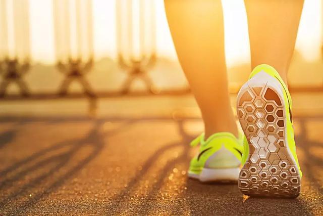 鞋底磨的偏左偏右,或是疾病信号!快抬脚看看你偏哪一边?